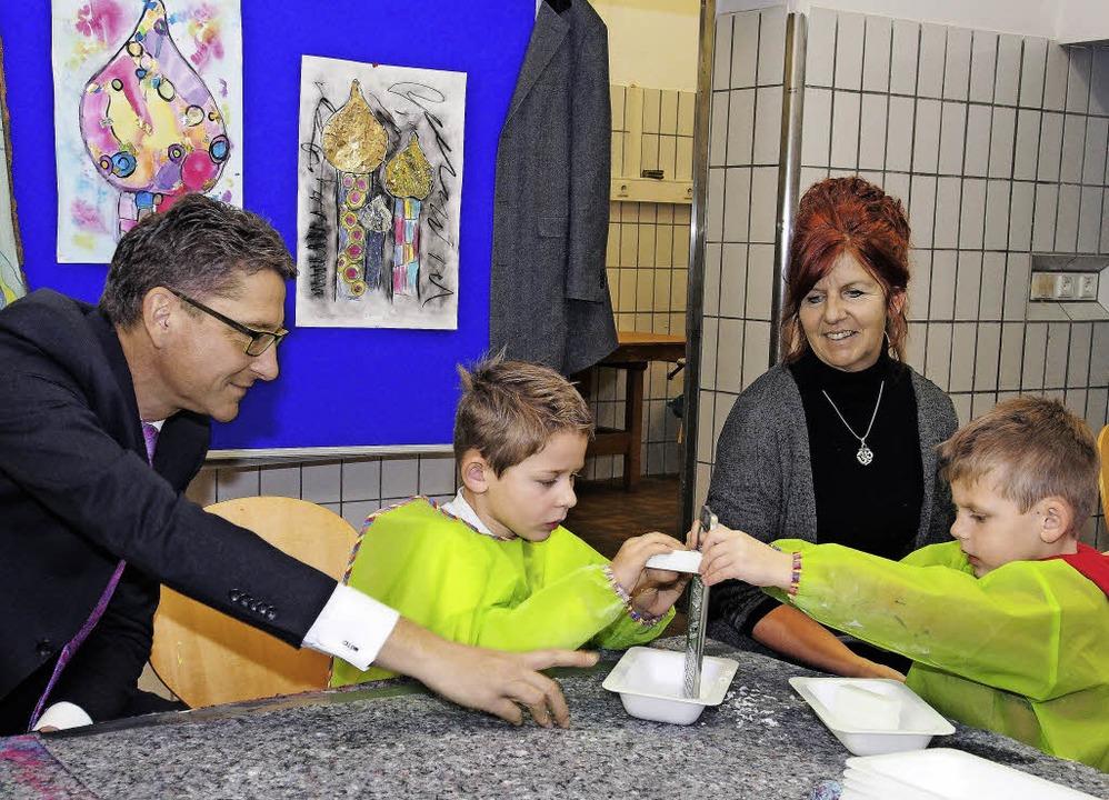 Rainer Liebenow, Vorsitzender der Spar...Kindern bei der Herstellung von Seife.  | Foto: St. Josefshaus
