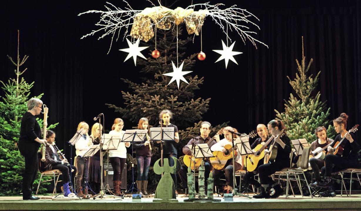 Das Blockflöten- und Gitarrenensemble ...nderem französische Weihnachtslieder.   | Foto: Gabriele Zahn