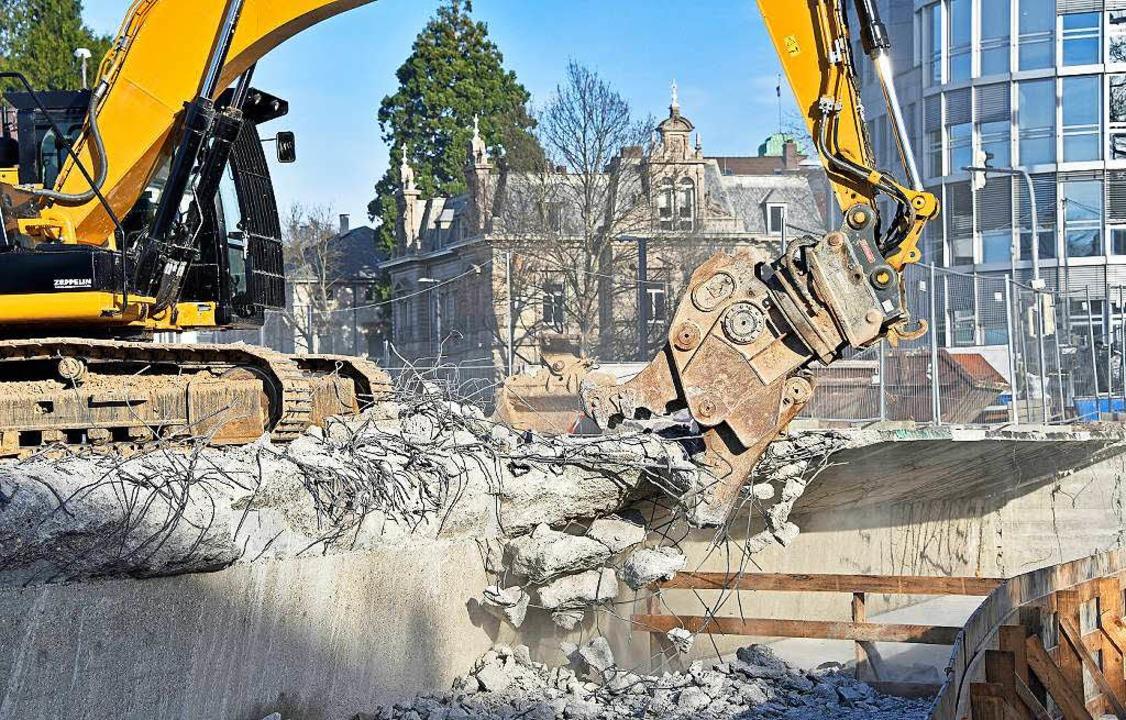 Auf der Ostseite der Kronenbrücke hat ...he Brückenhälfte ganz abgerissen sein.  | Foto: Michael Bamberger