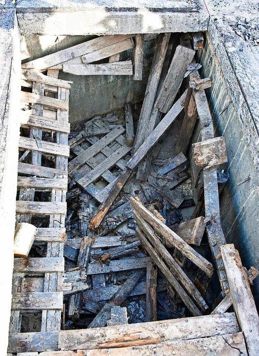 Unter der früheren Fahrbahn finden sic... mit Resten der alten Holzverschalung.  | Foto: Michael Bamberger