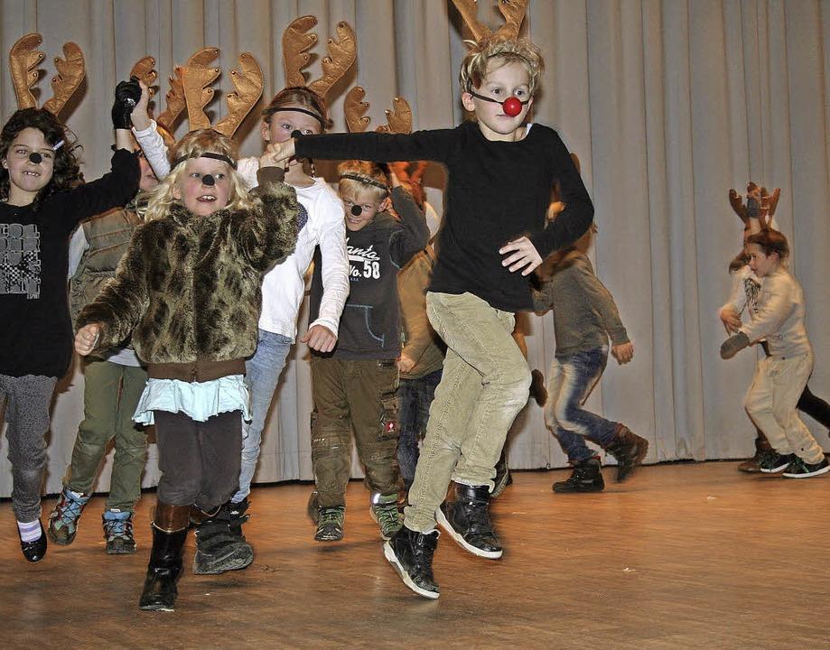"""Von """"Rudolph – dem Rentier"""" sangen  die Zweitklässler.       Foto: DIETER MAURER"""
