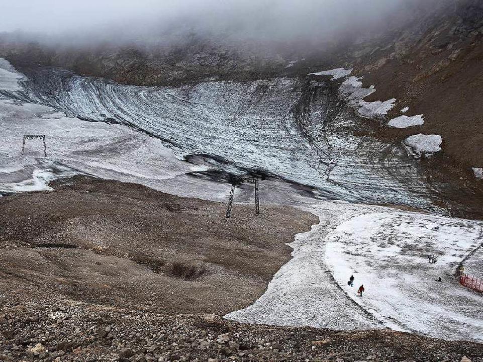 Kaum mehr Eiszauber übrig: der Schneefernergletscher auf dem Zugspitzblatt   | Foto: dpa