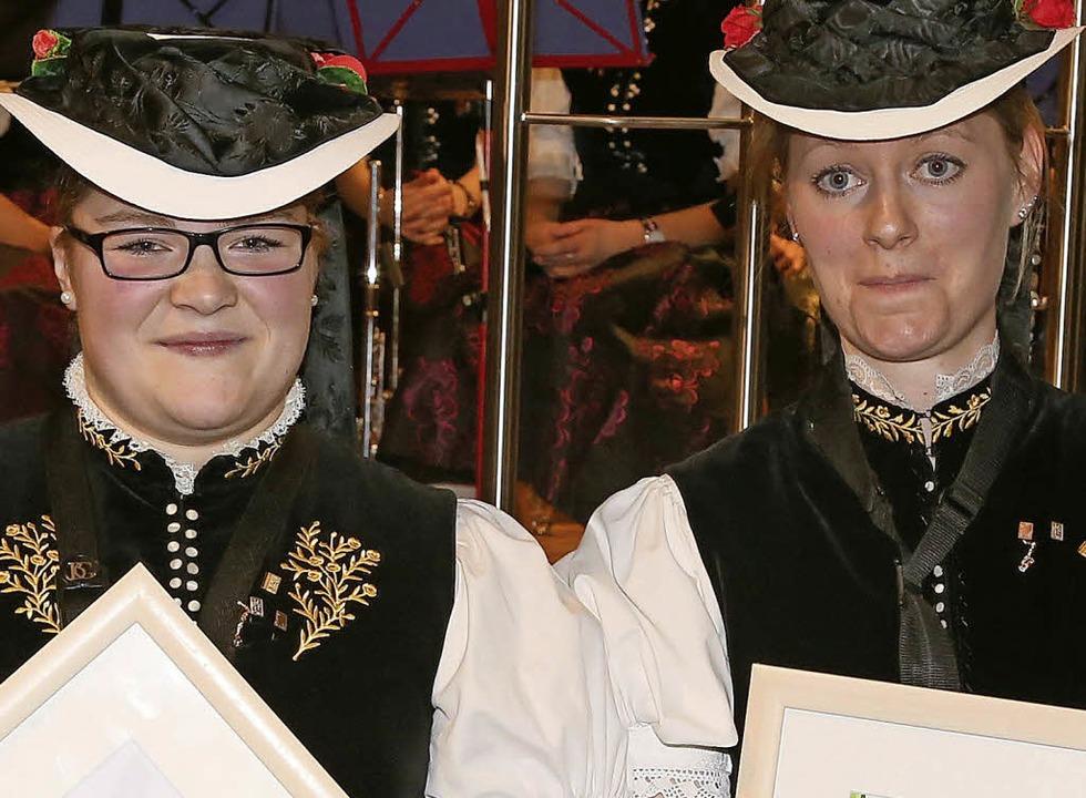 Melanie Goldschmidt (links) und Yvonne...ielten das Leistungsabzeichen in Gold.  | Foto: Heinrich Fehrenbach