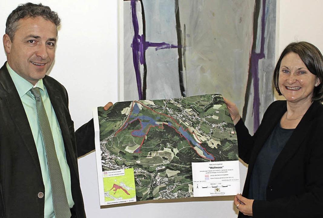 Bürgermeister  Feser und Regierungsprä...r Karte des neuen Naturschutzgebiets.   | Foto: Privat