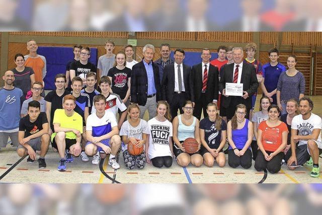Regionalstiftung spendet Basketball-Dunkinganlage