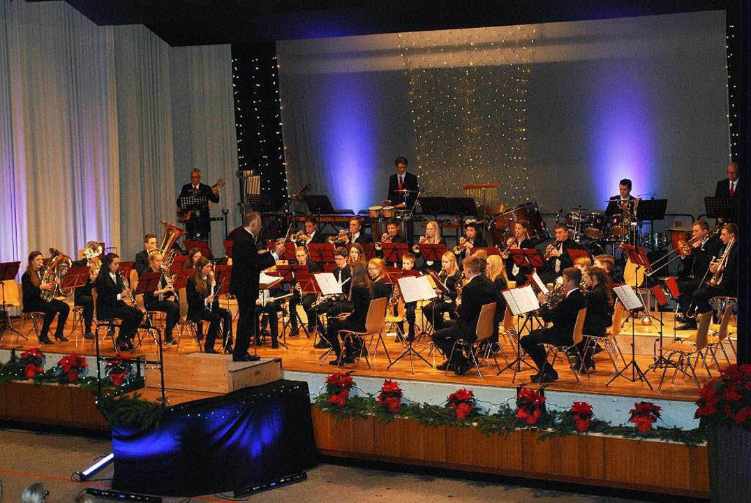 Beim Auftritt des Jugendorchesters ist...d von einigen Erwachsenen unterstützt.  | Foto: Sylvia-Karina  Jahn
