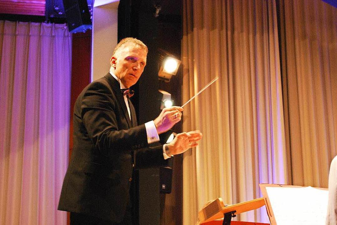 Dirigent Stephan Rinklin hat seine Orc...nd schwitzt noch mehr als die Musiker!  | Foto: Sylvia-Karina  Jahn