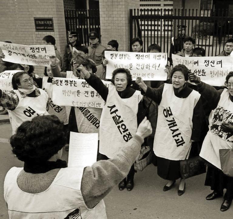 Das Bild von 1992 zeigt eine Demonstration ehemaliger Zwangsprostituierter.   | Foto: DPA