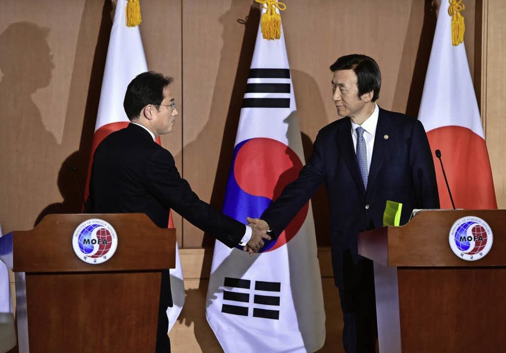 Japans Außenminister Fumio Kishido (li...koreanischen Amtskollege Yun Byung Se   | Foto: DPA