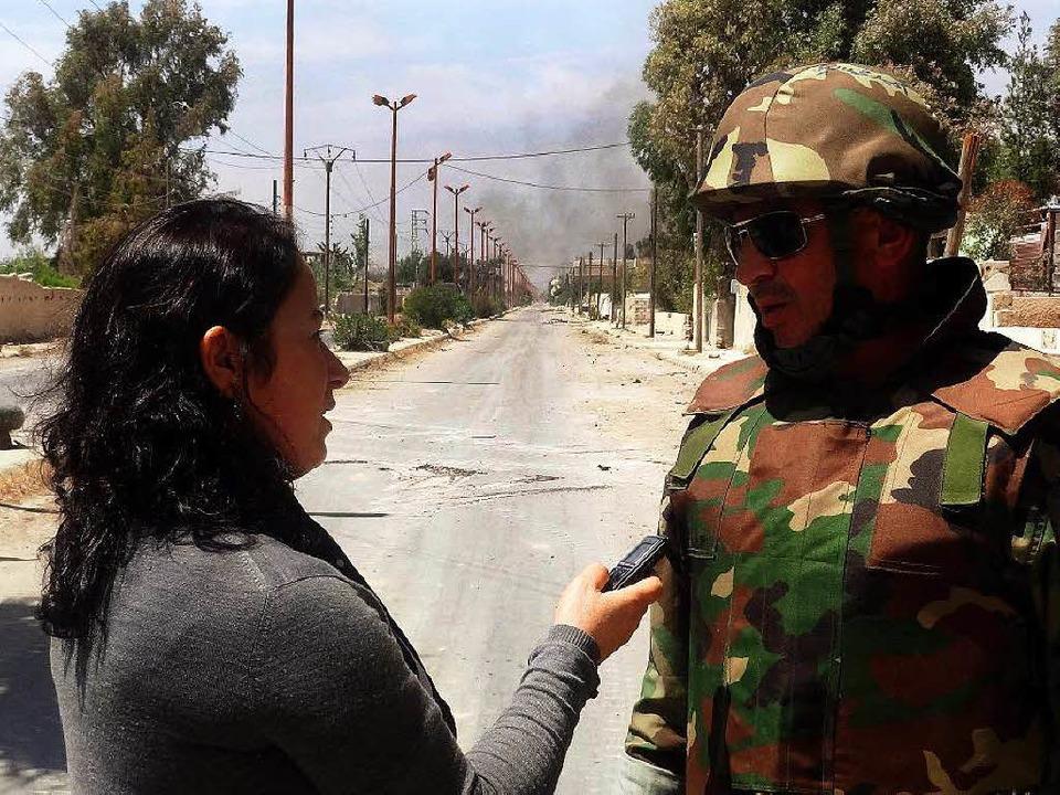 Arbeit mit große Risiko: Eine Journali...bei Damaskus einen syrischen Soldaten.  | Foto: dpa