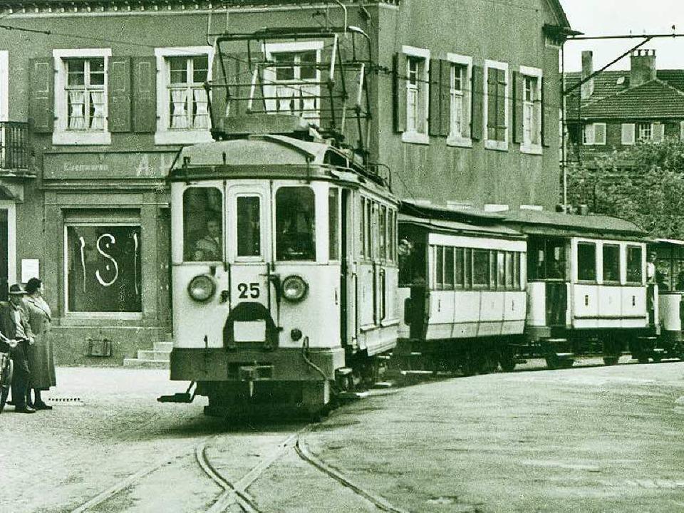 Ein nostalgischer Anblick:  das Bähnle am alten Rathaus in Müllheim  | Foto: Fotohaus Glaubrecht / Archiv Markgräfler Museum