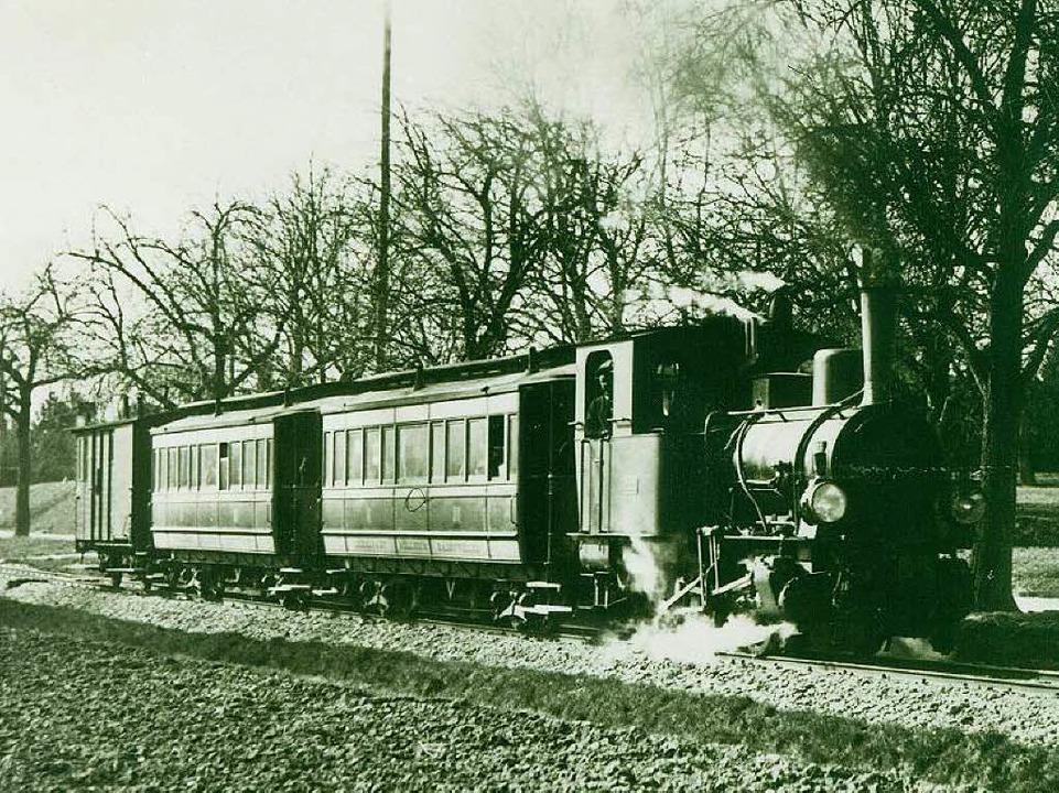 Das Bähnle um 1910 auf dem Weg von Mül...trieben, ehe sie elektrifiziert wurde.  | Foto: Fotohaus Glaubrecht / Archiv Markgräfler Museum