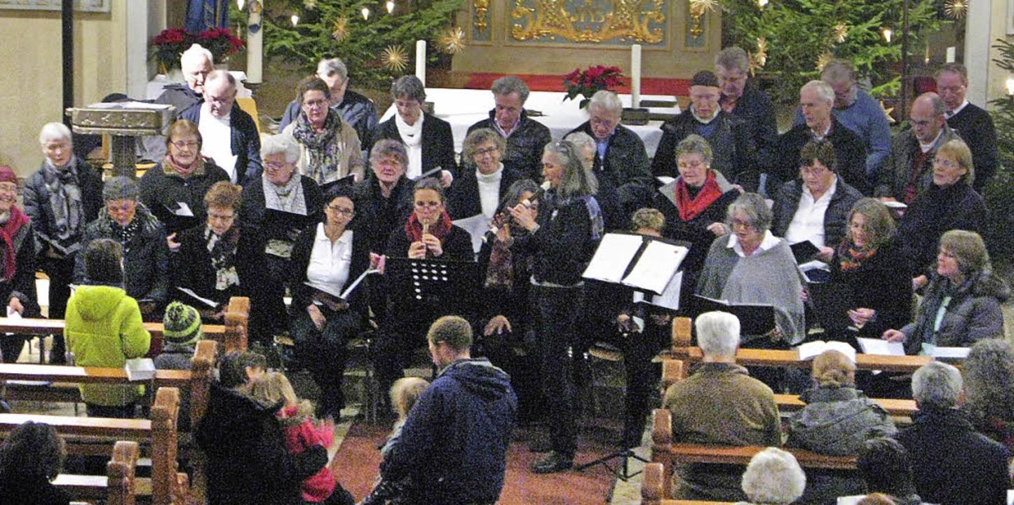 Die Gemeinde stimmte gerne in die vom Kirchenchor gesungenen Lieder mit ein.  | Foto: Ulrike Spiegelhalter