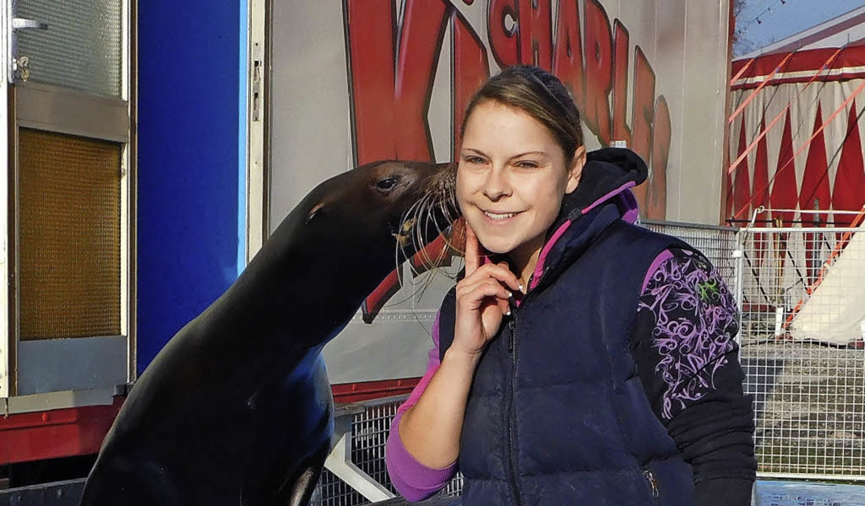 Ein Küsschen für die Lehrerin:  Seelöwe  Kulus und Janine von der Gathen    Foto: cwe/circus