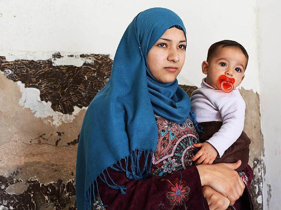 Abeer Abd-Almajeed (17) mit ihrem Sohn... sitzen – nach nur vier Monaten.    Foto: Sascha Montag
