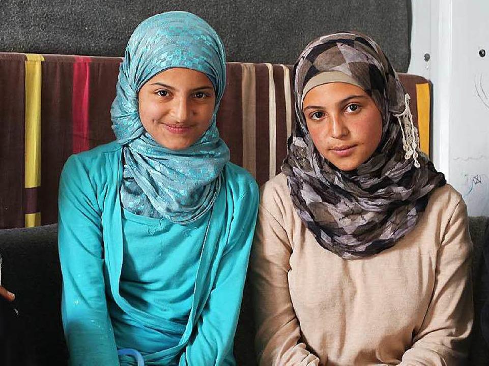 Kämpft gegen Kinderehen: die 16 Jahre ...oon Al-Mleihan (r.) und ihre Schwester    Foto: Sascha Montag