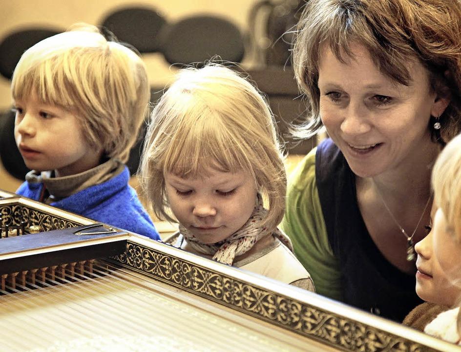 Barockinstrumente hautnah erleben: Bri... Kindern das Innenleben eine Cembalos.  | Foto: fbo
