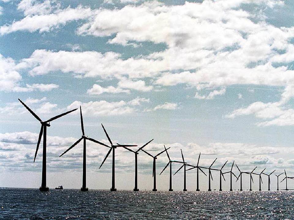 Ertragreicher, aber auch teurer als Windkraftwerke auf Land: Offshore-Windparks   | Foto: AFP