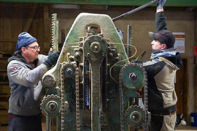 Sägetag in der Schattenmühle: Schreiner nutzt historische Maschine