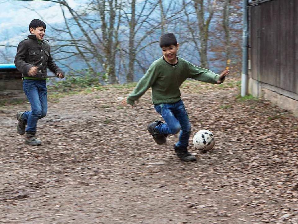 Zumindest den Kindern macht die Abgesc...nheit auf  800 Metern Höhe nichts aus.  | Foto: Konstantin Goerlich