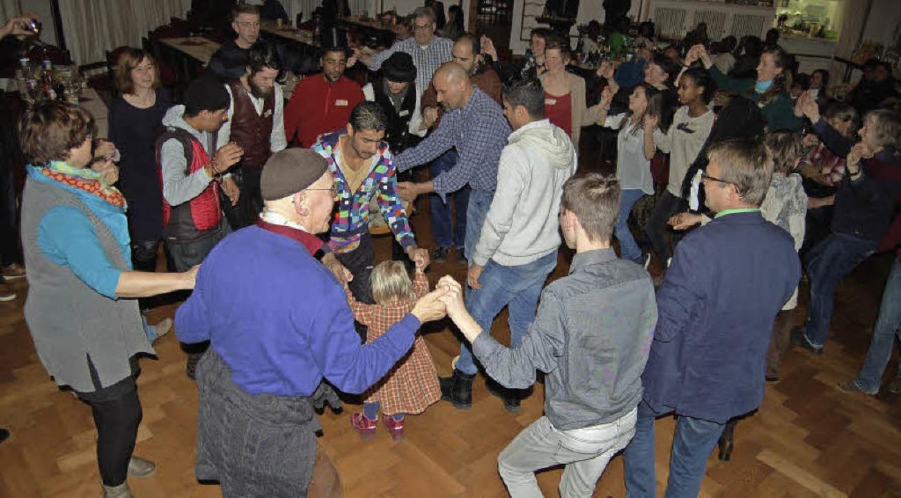 Syrer, Eritreer, Deutsche, Kinder und ...ten sich gemeinsam auf der Tanzfläche.  | Foto: Claudia Renk