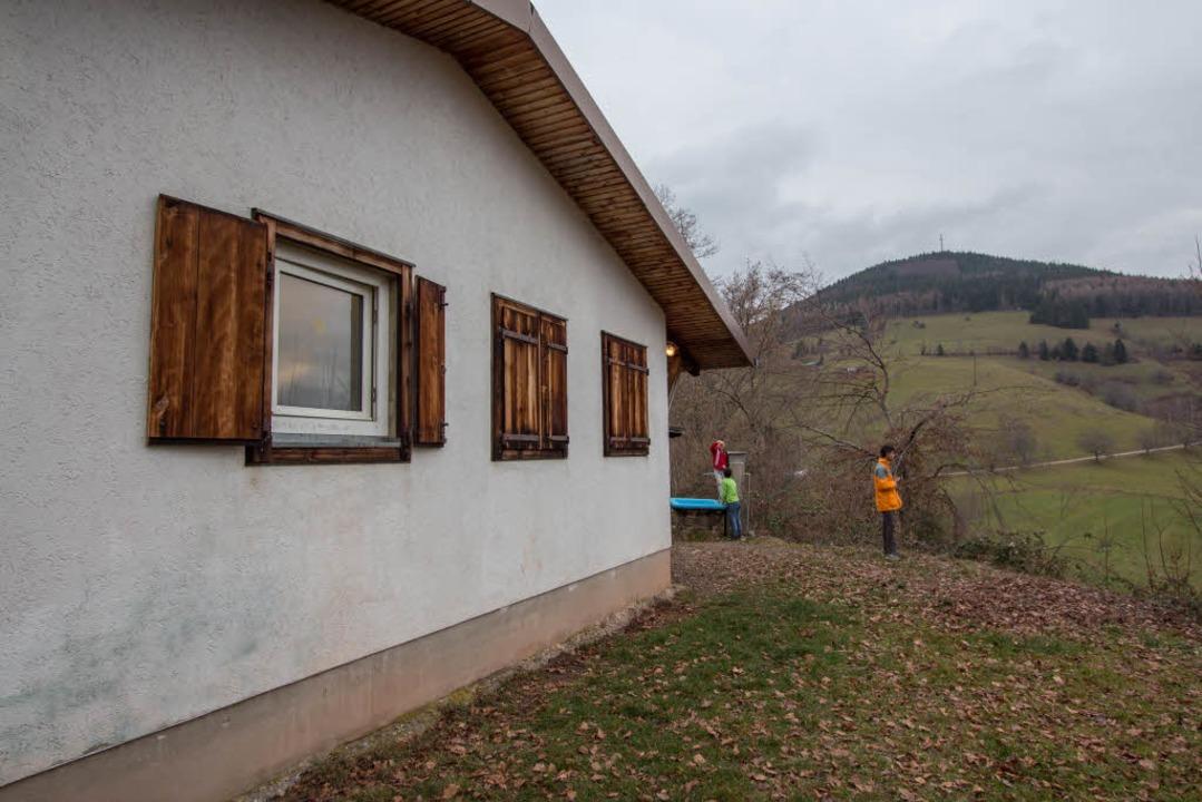 Etwas verloren: Die Hütte am Fuße des Zeller Blauen.  | Foto: Konstantin Goerlich