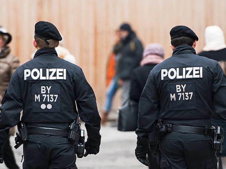 Polizisten gehen am 01.01.2016 zwische...h die Innenstadt von München (Bayern).  | Foto: dpa