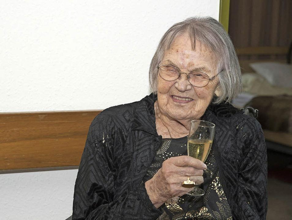 Gabriele Thiede stößt auf ihren 100. Geburtstag an.   | Foto: Volker Münch
