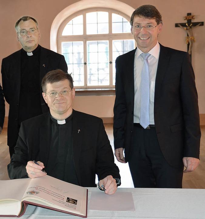 Im Juli kommt der neue Erzbischof Step...  und trägt sich ins Goldene Buch ein.  | Foto: Klaus Fischer