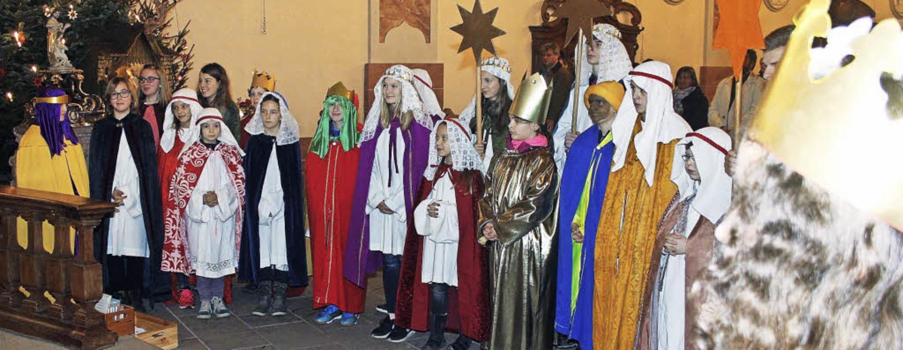 Die Sternsinger werden ausgesendet, ausgestattet mit einem besonderen Segen.     Foto: Herbert Birkle