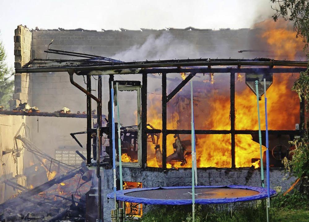 Ein Raub der Flammen wurde die Schreinerei Wälde.   | Foto: Archivbild: L. Habura