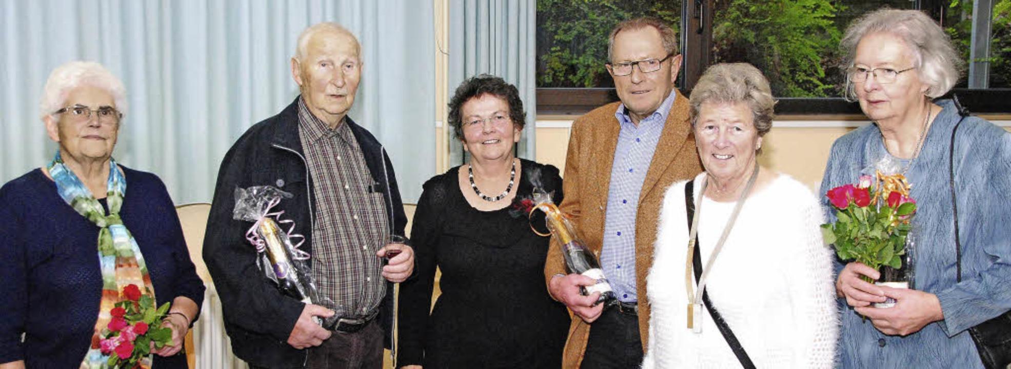 Ortsvorsteherin Helene Brombacher (Dri...der Pflege des Blumenschmucks im Ort.   | Foto: Sedlak