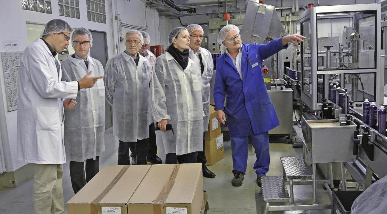 Geschäftsführer Dr. Thilo Fessmann im ... einem Firmenmitarbeiter (von links).   | Foto: Privat