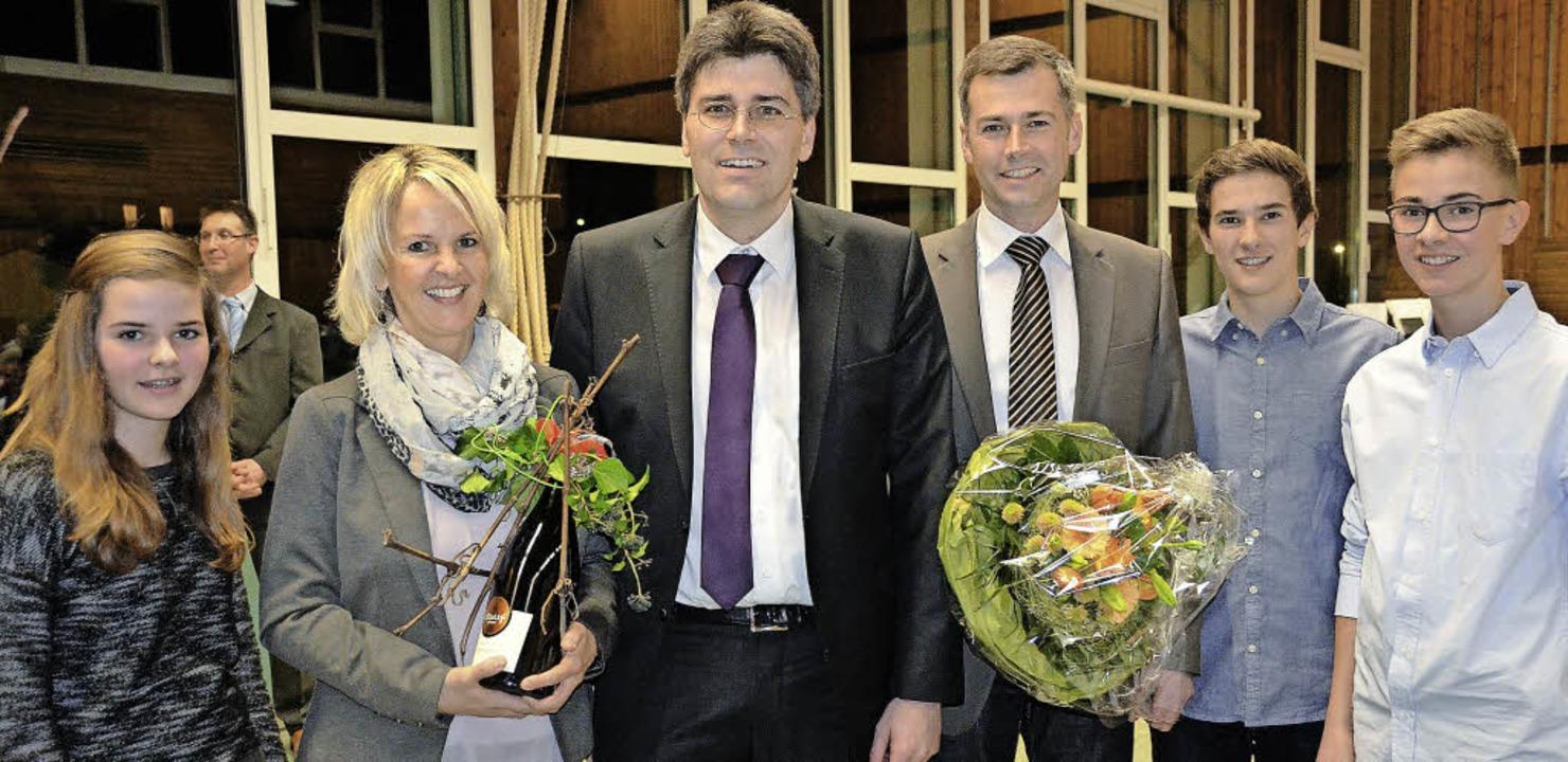 Bürgermeisterwahl: Christian Mauch wur...annah, Samuel und Simeon, gratulierte.    Foto: jul