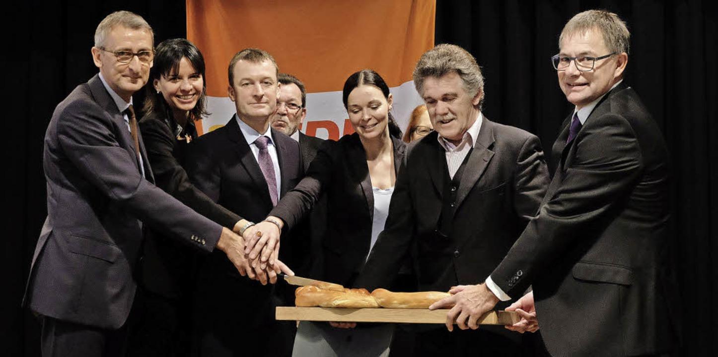 Hauptdarsteller beim symbolträchtigen ... des Stadtverbands (vorne von links).     Foto: Ansgar taschinski