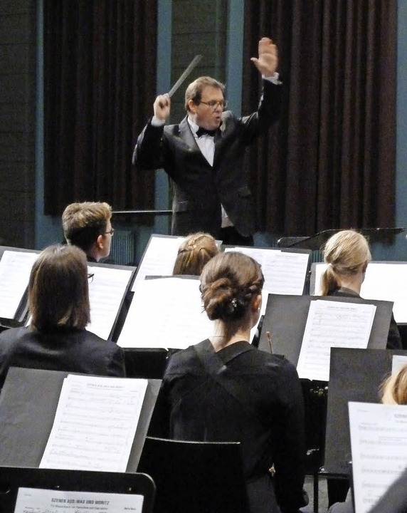Und los: Dirigent Thomas Epple gibt de... gelungenes Konzert in der Festhalle.   | Foto: Heidrun Simoneit
