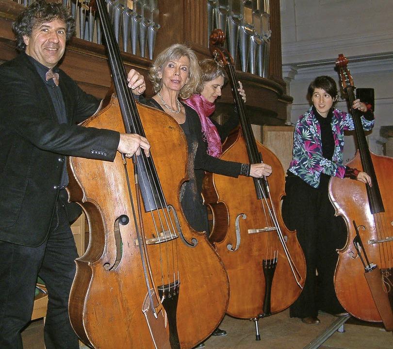 Irmtraud Tarr (2.v.l.) und das Zürcher Kontrabass-Trio     Foto: Roswitha Frey