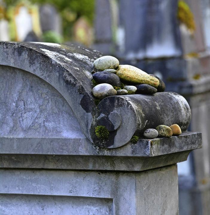 Grabstein mit Steinen: Eine jüdische Tradition, die vielfach interpretiert wird.  | Foto: Annette Mahro