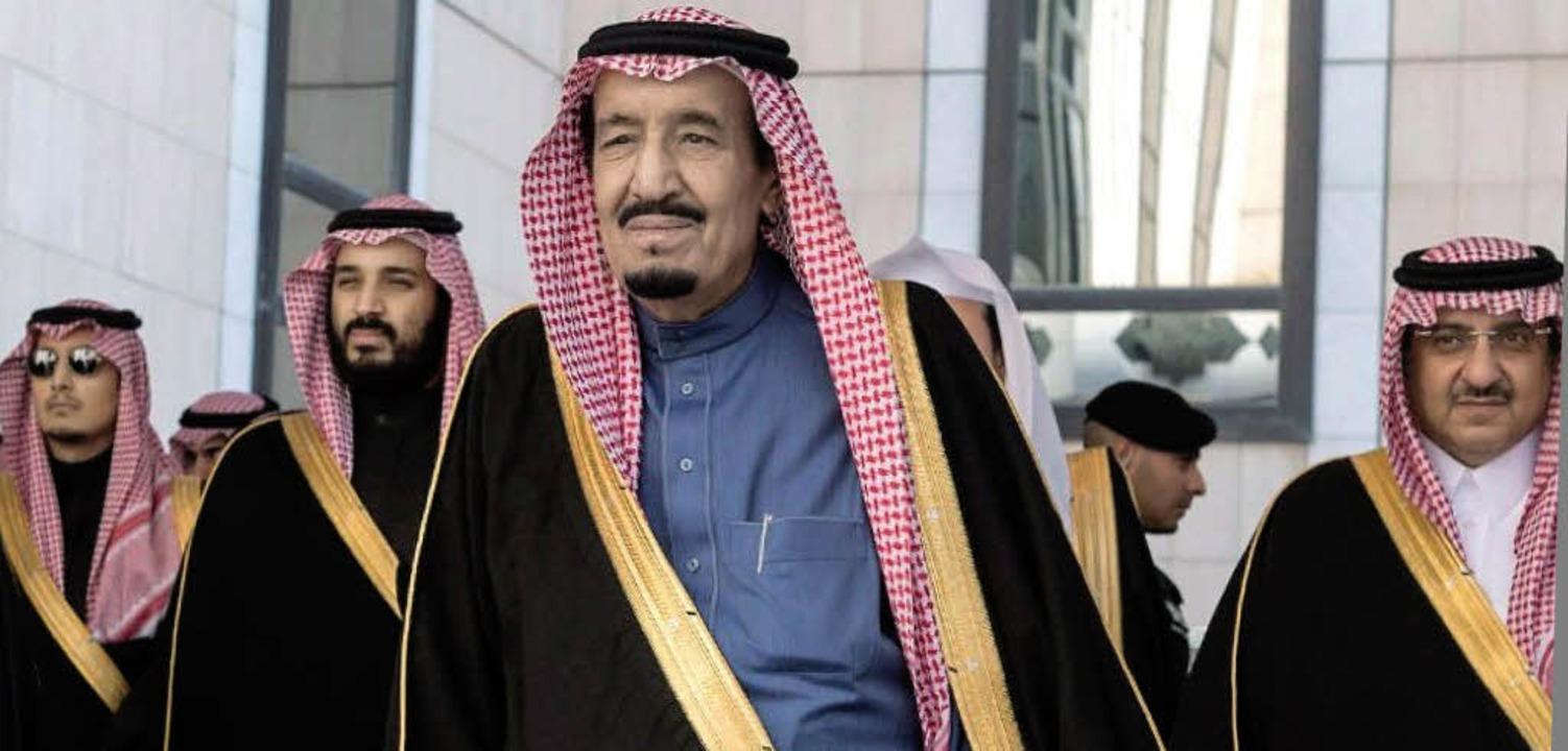 Saudi-Arabiens König Salman (Mitte) mi...nd Sohn Mohammed bin Salman (2. v.l.)     Foto: AFP