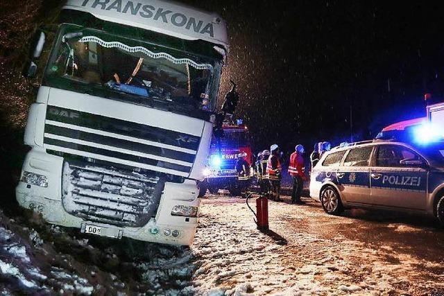 20 Lastwagen blockieren A8 – Glatteis im Schwarzwald