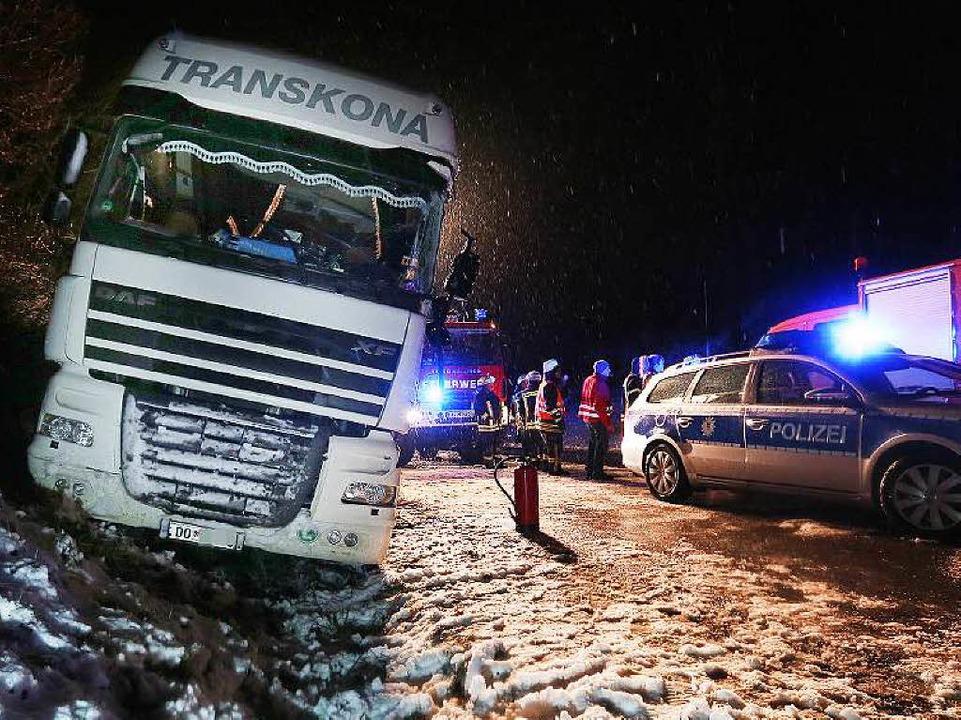 Auf einer Bundesstraße bei  Meßkirch k...iner der Fahrer wurde leicht verletzt.  | Foto: dpa