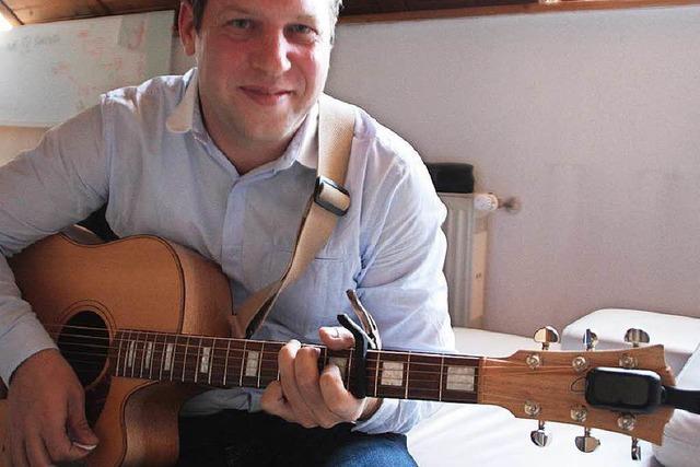 Hilfe für Gitarristen mit steifen Fingern kommt aus Wehr