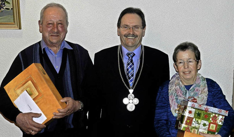 Bürgermeister Bruno Schmidt (Bildmitte...le und die Raumpflegerin Gisela Fritz.  | Foto: Gerhard Wiezel