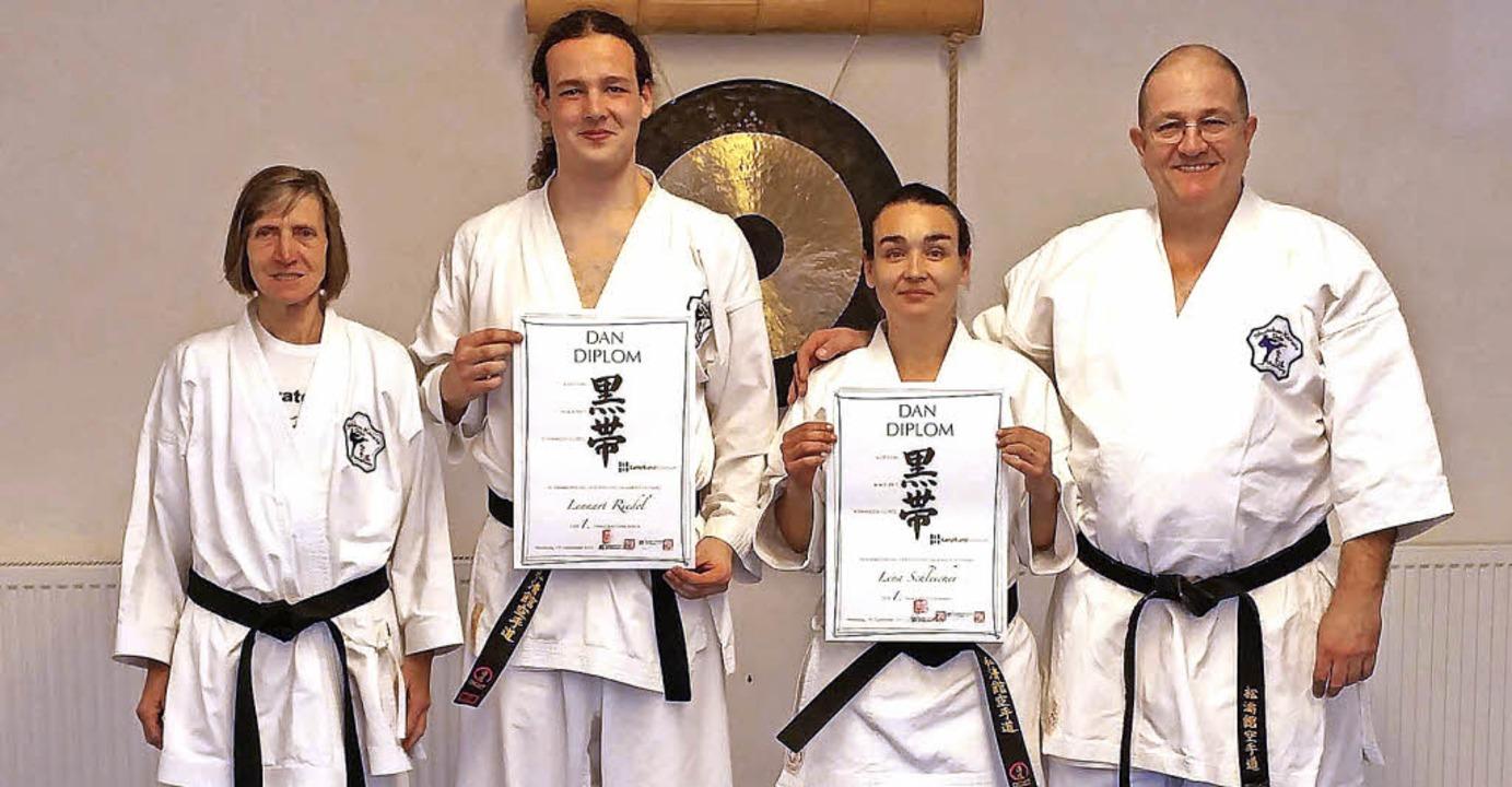 Lennart Riedel und Lena Schleicher (Mi... zwei neuen Karate-Meister aus Tunsel.    Foto: privat
