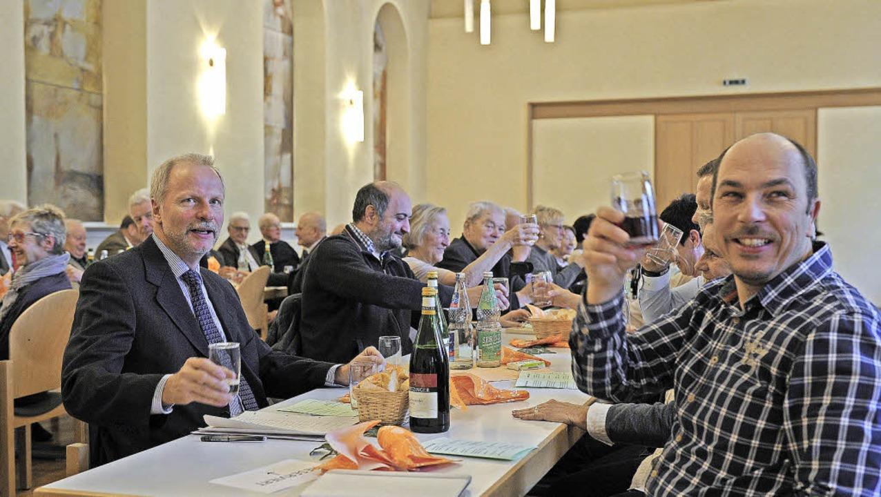 Beim Neujahrsumtrunk darf auch gelacht...er Kattinger, rechts Bernd Frischauf.     Foto: pbs