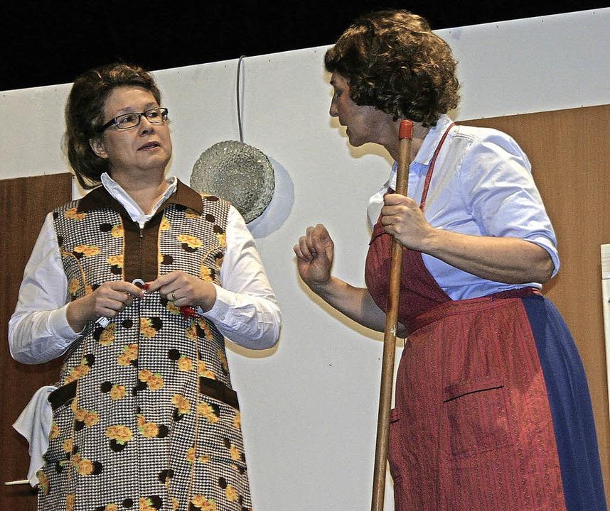 Wer Meta Boldt (links, gespielt von Mi...in, dass es bald das ganze Haus weiß.     Foto: Hans-Jochen Köpper