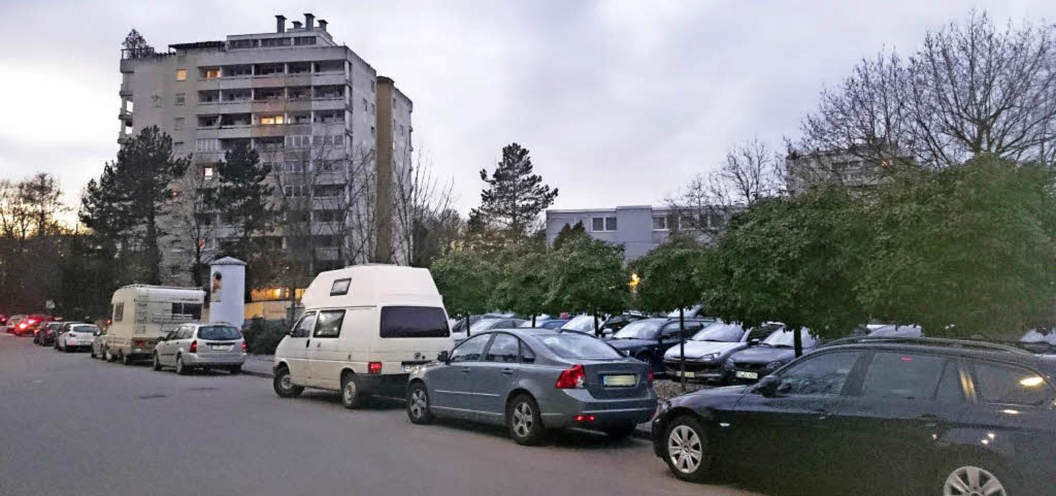 Autos, soweit der Blick reicht: Blick in die  Feldbergstraße in Umkirch-Ost     Foto: Julius Steckmeister