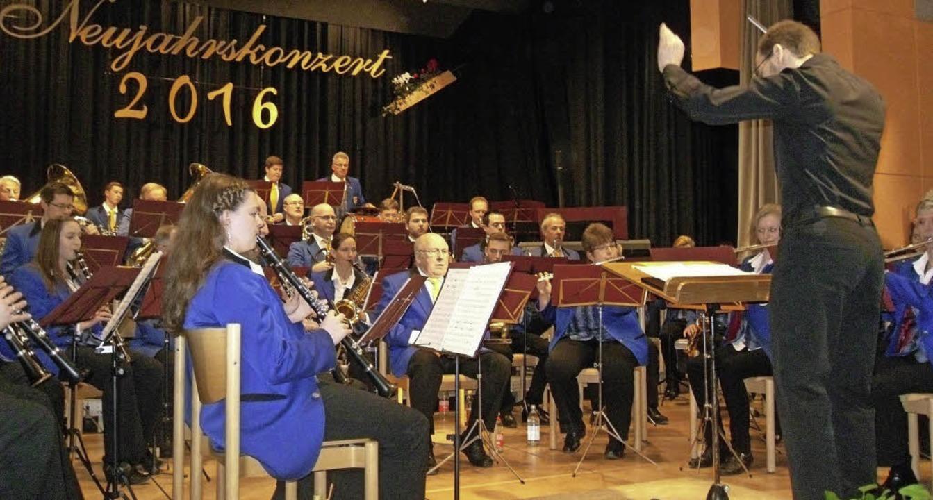 Der Musikverein Buchenbach unter Leitu...eujahrskonzert in der Sommerberghalle   | Foto: Hartwig Kluge