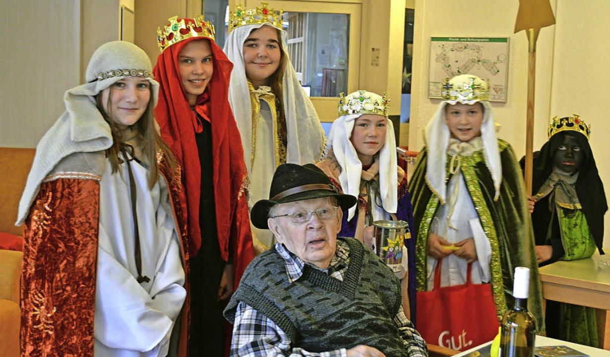 Im Caritas-Seniorenzentrum Oskar-Saier...e darüber beim Bewohner Heinrich Ruf.     Foto: Gerhard Lück