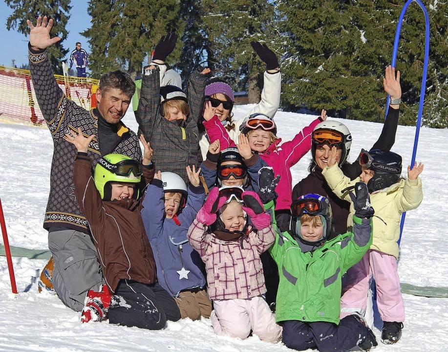 Michael Tüncher (l.), Skischulleiter i...rg,  mit einer Kindergruppe im Schnee.  | Foto: STorck